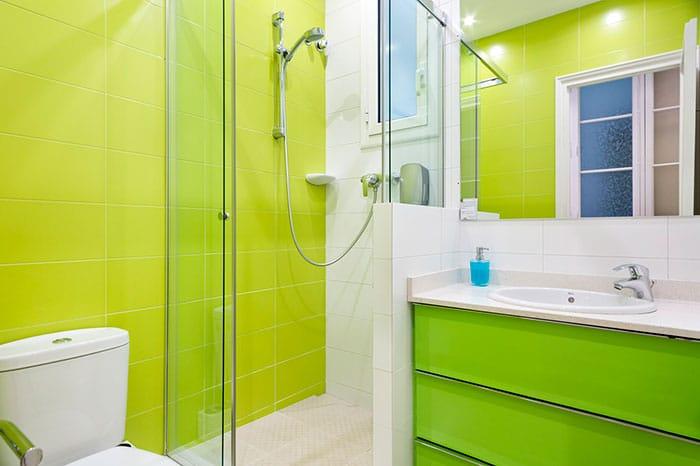 Fotografías de interiores en baños de color verde
